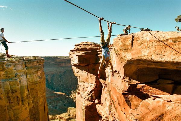 Najjači pozer ikada: Da li biste visili iznad kanjona? (FOTO)