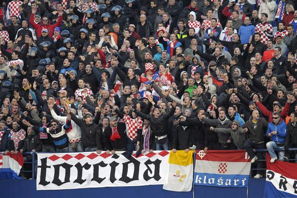 SRBIJO, OVU SLIKU NISI OČEKIVALA! Torcidaši, navijači Hajduka iz Splita, slave Vidovdan na Gazimestanu! (FOTO)