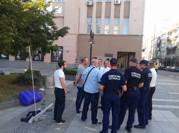 Komunalci-prekinuli-Borkovu-izlozbu-u-Krusevcu-FOTO