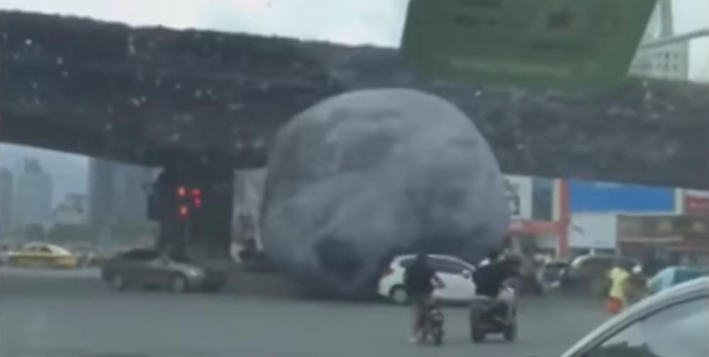 Sta-je-ovo-Mesec-se-kotrlja-ulicom-i-gazi-automobile-VIDEO