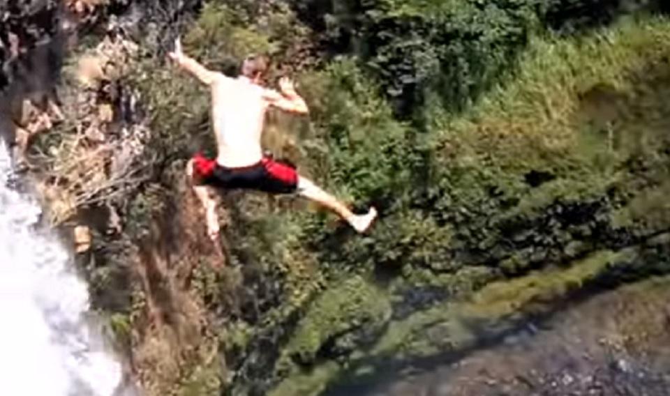 Skocio-je-sa-opasnog-vodopada-i-zazalio-je-iste-sekunde-VIDEO-GIF