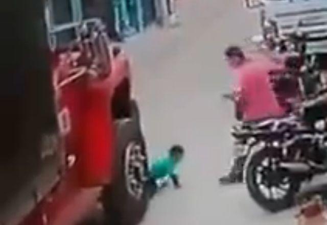 Dete-se-otrglo-majki-iz-ruku-i-istrcalo-pred-kamion-VIDEO