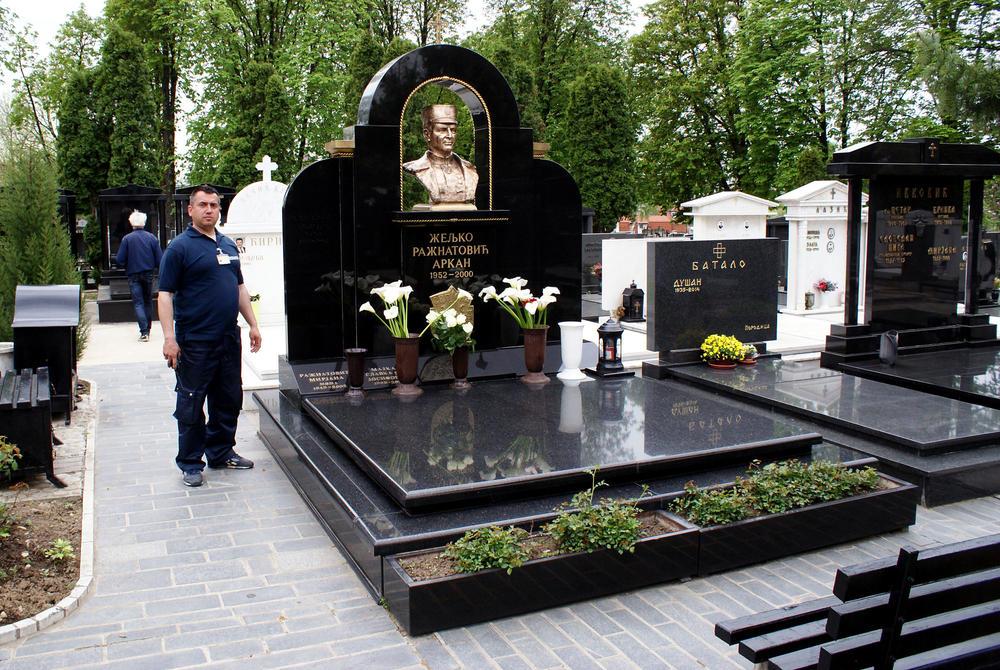 NIKAD POTRESNIJA FOTKA: Ceca na Arkanovoj sahrani s bolnim ...