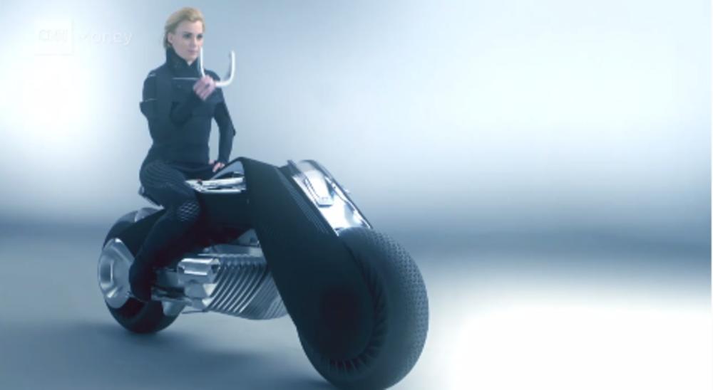 KAKAV-PAKLENI-MOTOR-Ovaj-BMW-se-sam-ispravlja-a-mozete-da-ga-vozite-i-bez-kacige-VIDEO