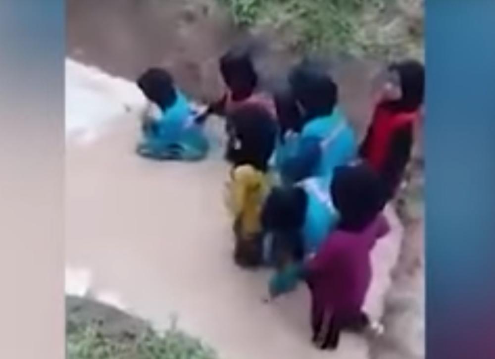 Kakva-crna-vezba-Nastavnici-ubacili-ucenice-u-jamu-punu-zmija-VIDEO