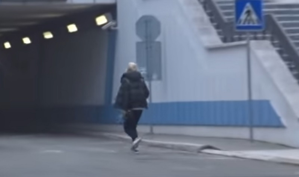 NATASA-BEKVALAC-U-PANICI-TRCI-KA-HITNOJ-POMOCI-Snimak-horora-pevacice-VIDEO