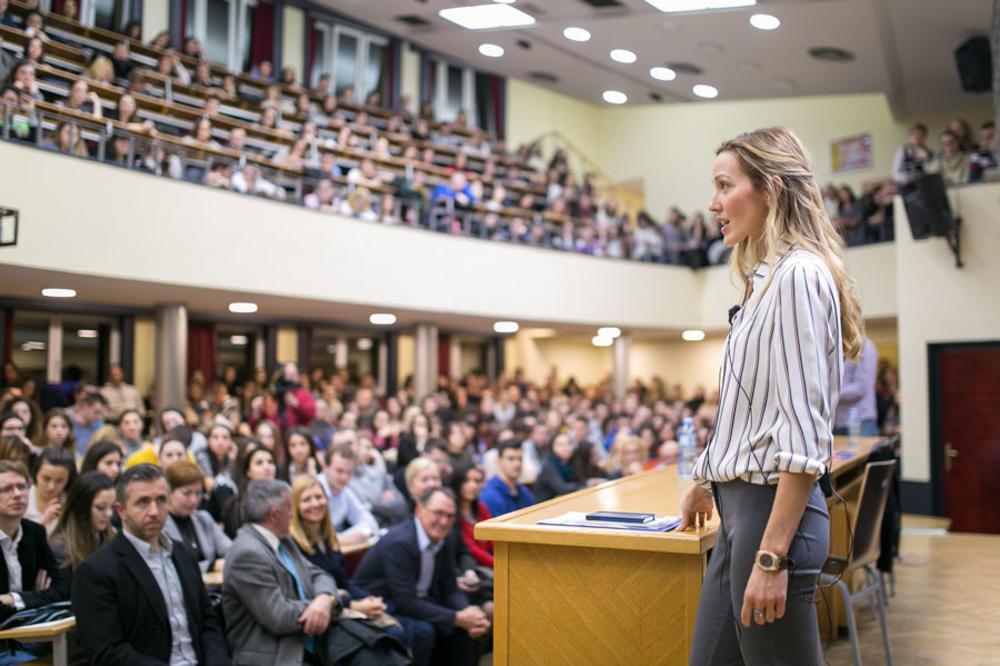 PROFESORKA JELENA: Gospođa Đoković održala predavanje na Ekonomskom fakultetu, a tu je bio i Nole!