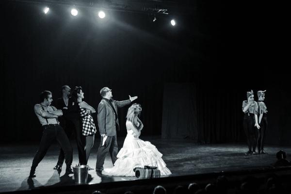 IZUJTE SE Zamislite da odete u pozorište, gledate predstavu, a onda... BG GLUMCI SE ZALEDILI NA BINI! (VIDEO)