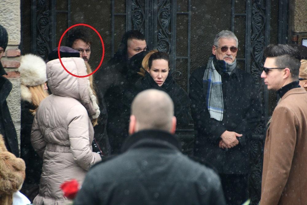 KAO BLIZANCI Prva javna fotka: Na sahrani Reljine majke ...