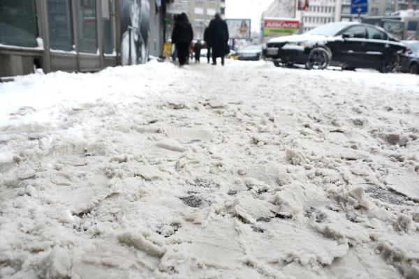 DRUŠTVENE MREŽE U SRBIJI BRUJE: Ko i zašto ne čisti sneg? #LOPATAUP (FOTO)