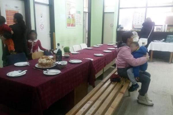 SKANDAL U NIŠKOM DOMU ZDRAVLJA: Pacijenti čekali pregled za slavskim stolom u ambulanti! (FOTO)