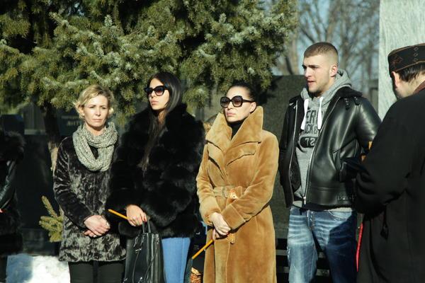 POMIRILI SE: Veljko izveo Anastasiju i Sofiju na ručak i 3. SESTRU KOJU NIKO NIJE PRIMETIO na groblju! (FOTO)