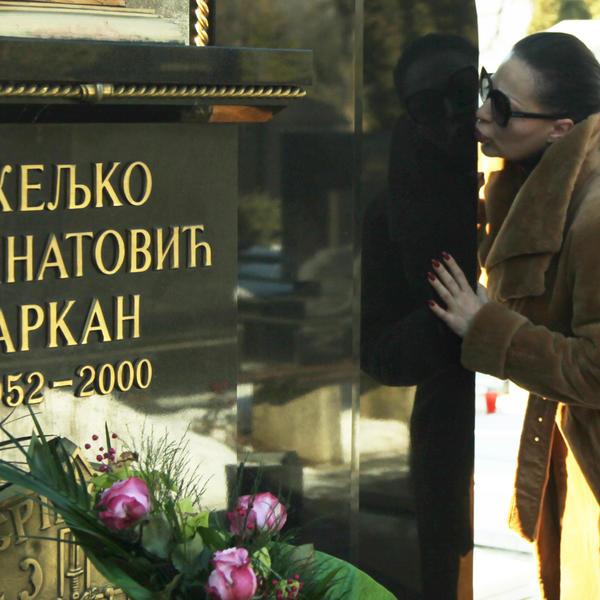NIKAD POTRESNIJA FOTKA: Ceca na Arkanovoj sahrani s bolnim izrazom lica, bez imalo šminke (FOTO)