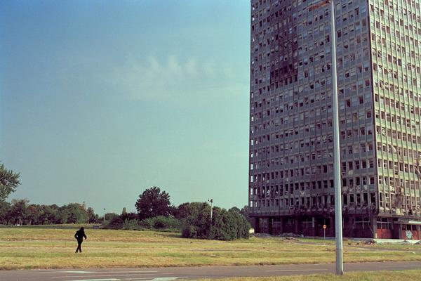 JNA, Tehno, NATO, Turbofolk: Devedesete kroz objektiv Srđana Veljovića (FOTO)