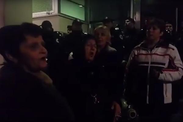 Markoviću, obrati se ako smeš, nemoj od žena da se kriješ! Majke Crne Gore prenoćile pred Vladom, premijer ih nije primio! (VIDEO)