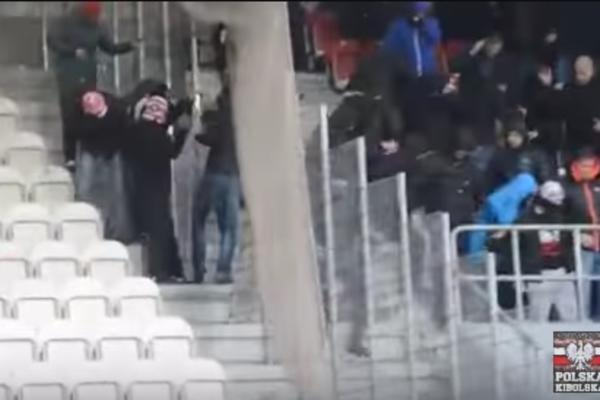 Kao muve bez glave! Policija okupala huligane suzavcem, ali je time samo raspalila brutalnu masovnu tuču! (VIDEO)