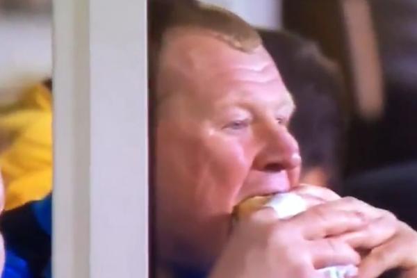 Dok su se njegovi saigrači borili sa zvezdama Arsenala, golman od 130 kila je klopao pitu! (VIDEO)