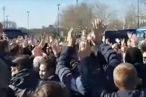 KLJUČA U FIRENCI! Horda navijača došla na trening i napravila pravi HAOS! (VIDEO)