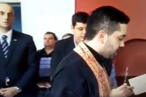 I BOG JE UČLANJEN U SNS: Sveštenik se molio za sve NAPREDNJAKE! (VIDEO)