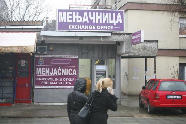 SRBIJA NIJE VIDELA OVAKVU PREVARU: Umesto novca u menjačnicama davali... Ma, nećete verovati! (FOTO)