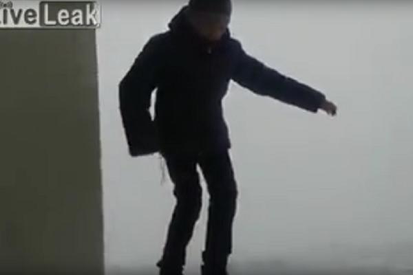 Hod smrti: Klinac je srećom preživeo svoje vratolomije na ivici terase! (VIDEO)