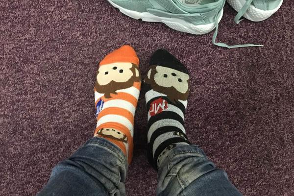 Došla sam na posao u rasparenim, šarenim čarapama! SVI SU MI SE SMEJALI, ali kad su čuli razlog, gorko se pokajali!(FOTO)