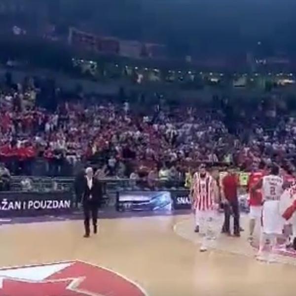 FRKA U ARENI! Branko Lazić se zakačio s navijačem Zvezde i onda uradio nesto što niko nije očekivao! (VIDEO)