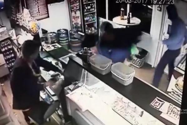 Pijani Rus jači od lopova! Izbacio dvojicu naglavačke i nastavio da ljušti pivo! (VIDEO)