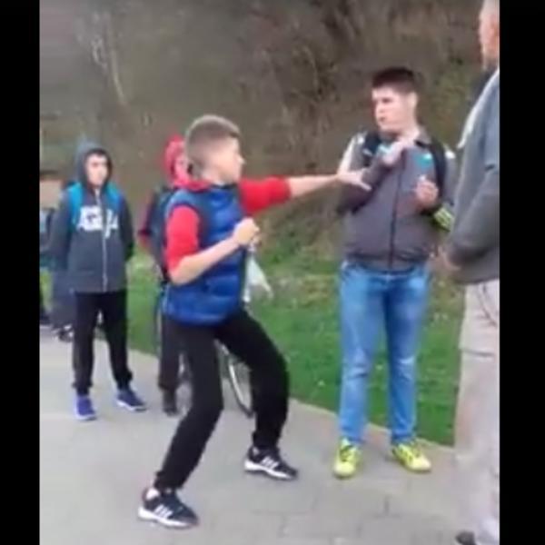 SAD GA UDRI, IZ SVE SNAGE U GLAVU! Ovakav horor niste skoro videli! Otac nagovara sina da bije drugara! (VIDEO)