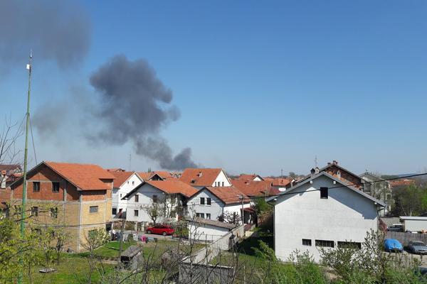 GUST CRNI DIM IZNAD BEOGRADA: Građani opet palili šiblje, vatrogasci se bore sa vatrom! (FOTO)