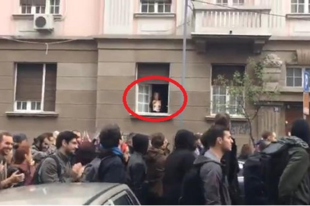 HIT SA PROTESTA: Baka se pojavila na prozoru i studentima pokazala NJEGOVU SLIKU! Svi su joj aplaudirali! (VIDEO)