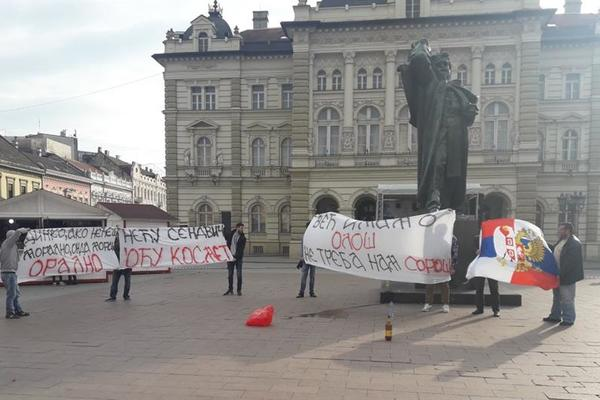 NA KONTRAMITINGU U NOVOM SADU POJAVILO SE OSMORO LJUDI: Njima se sad smeje cela Srbija! (FOTO)