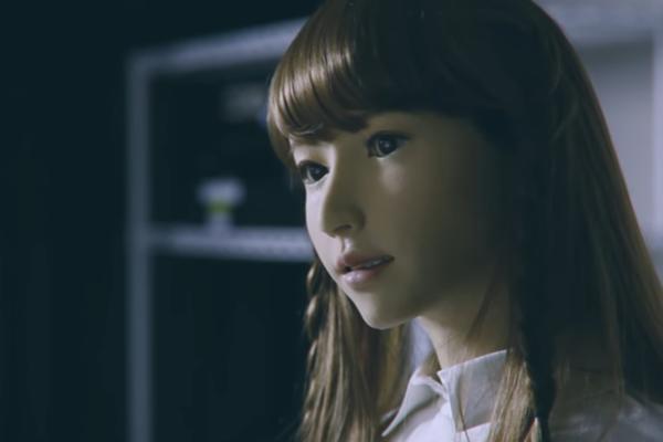Ovo je ERIKA! Ona nije lutka, a nije nije ni animacija. Vrlo je stvarna, priča i liči na vas. Šta je? (VIDEO)