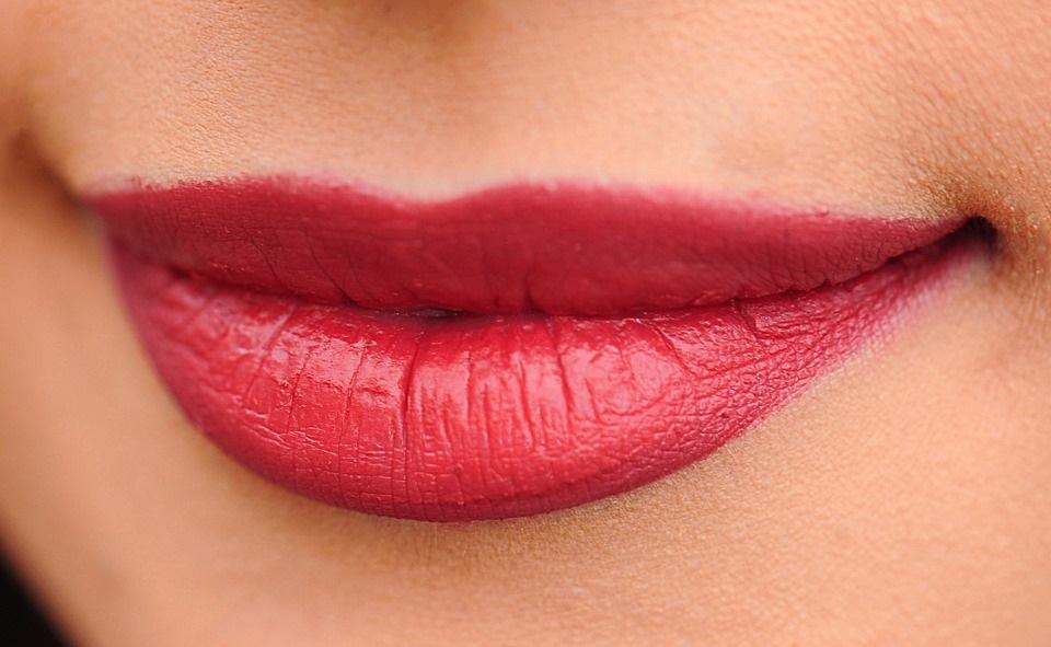 2-trika-kako-da-prepoznate-da-li-je-zena-povecavala-usne-FOTO-GIF
