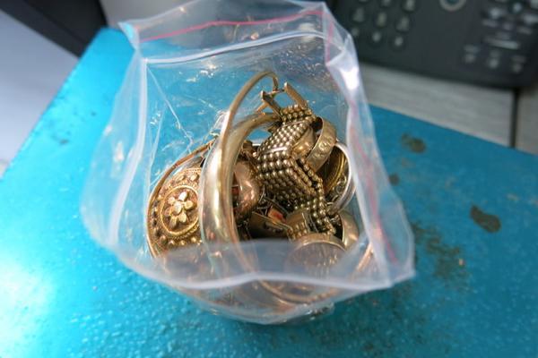 IZ GAĆA PRELIVA ZLATO: Šverceri uhapšeni sa donjim vešom punim nakita! (FOT)