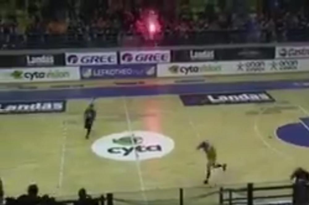UŽAS! Brutalno huligansko iživljavanje nad igračima AEK-a, košarkaši jedva izvukli žive glave! (VIDEO)
