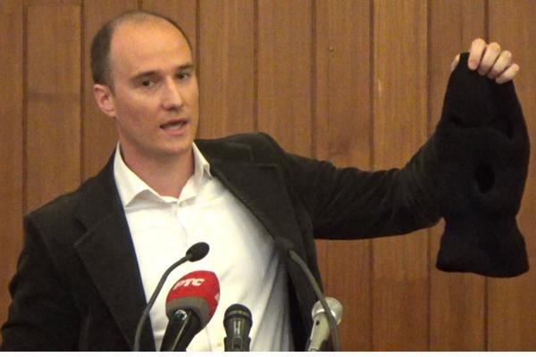 Balša Božović izvukao FANTOMKU na sednici Skupštine Grada! Pogledajte šta se onda desilo! (VIDEO)