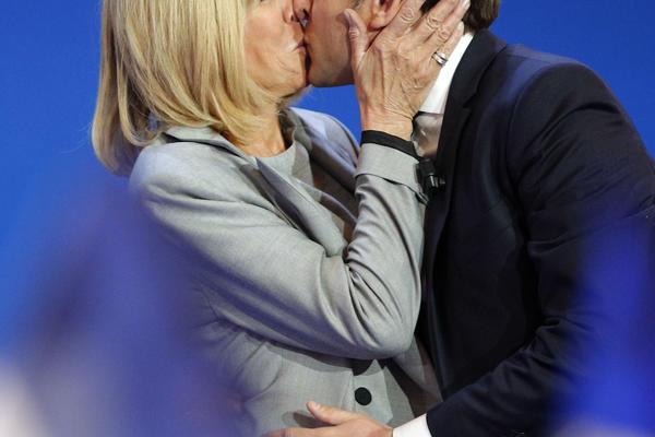 NAJNEOBIČNIJA PRVA DAMA? On je favorit za predsednika Francuske, a žena mu je STARIJA 25 GODINA - i to nije sve! (VIDEO)