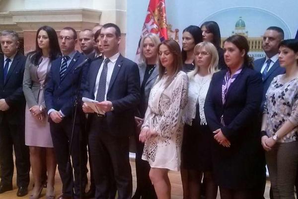 PROTESTUJU UZ FAŠISTIČKE SIMBOLE, JANKOVIĆ STOJI IZA SVEGA: Poslanici SNS oštro o pobuni u Srbiji!