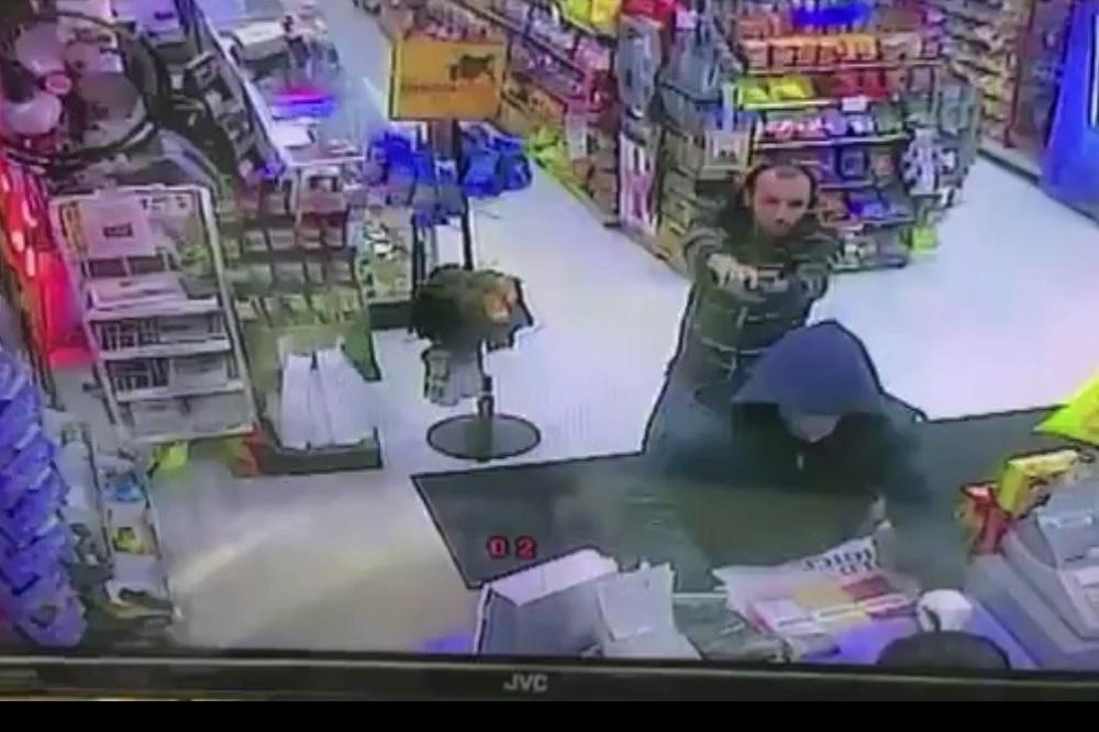 MOJU SI PRODAVNICU NAŠAO DA PLJAČKAŠ?! Ni pištolj nije spasao lopova od razjarenog trgovca! (VIDEO)