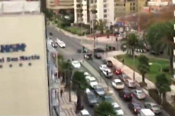 SVE SE RUŠI I RASTURA! Snimak sa vrha solitera dok ga trese SNAŽAN ZEMLJOTRES! (VIDEO)