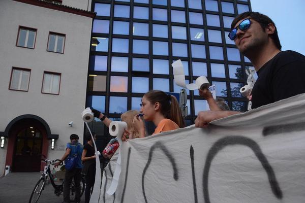 SUTRA OD 18H PONOVO - Protest u centru Beograda! TOALET PAPIROM NA ZGRADU RTS - a! (VIDEO)