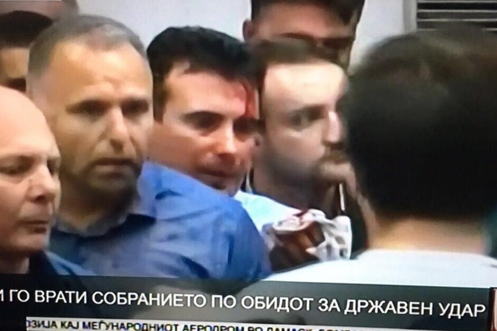 HAOS U MAKEDONIJI: Maskirani nasilnici iz VMRO-DPMNE uleteli u Parlament i Zaevu razbili glavu! (FOTO) (VIDEO)