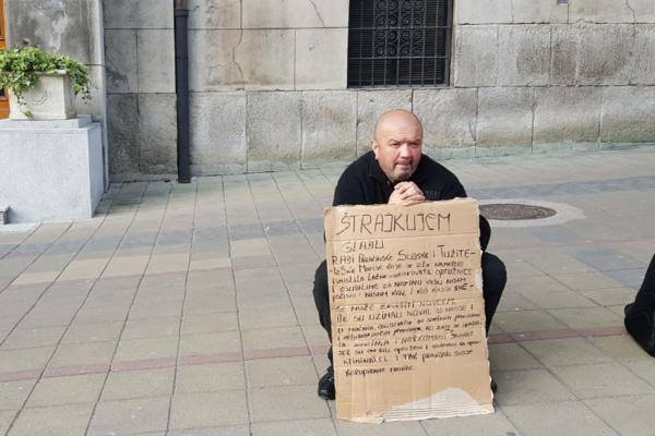 ON ŠTRAJKUJE GLAĐU ISPRED VLADE SRBIJE: Muškarac drži natpis, a kada ga pročitate, sve će vam biti jasno! (FOTO)