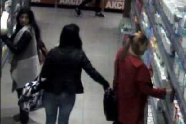 SNIMLJENA BRUTALNA KRAĐA U NOVOM SADU! Ako znate ko su ove žene, odmah javljajte policiji! (FOTO)