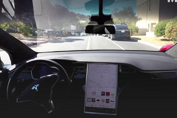 Automobil budućnosti: Tesla Model X se sam odvezao na posao! (VIDEO)