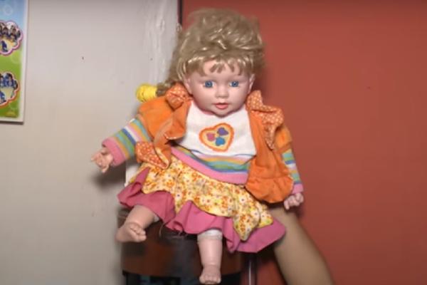 UKLETA LUTKA TERORIŠE PORODICU! Mrtva rođaka ju je zaposela, oni zbog ovoga noćima ne spavaju! (VIDEO)