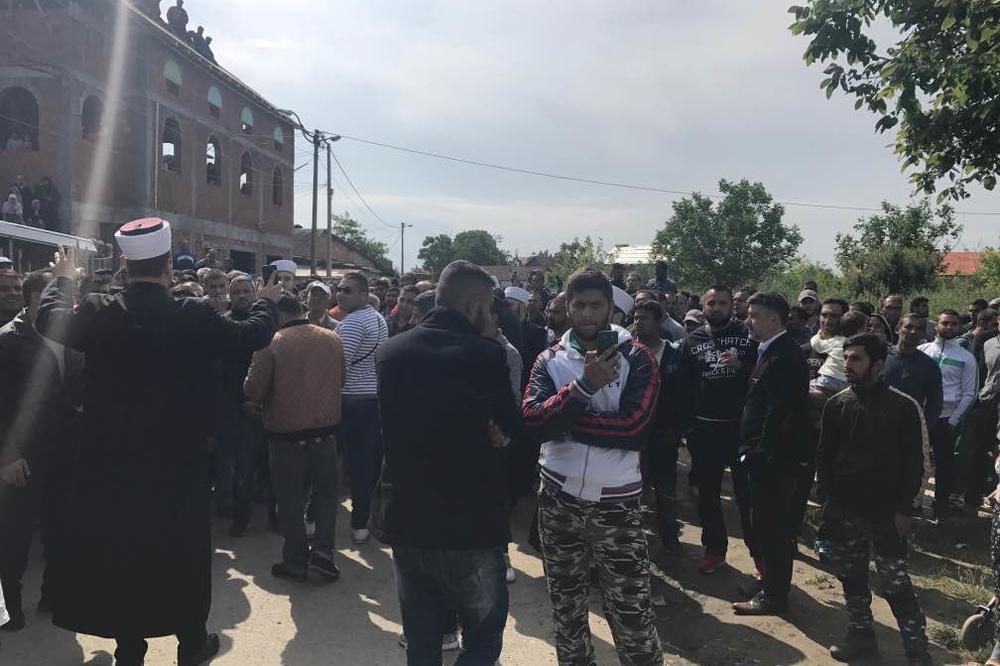 DRAMA U ZEMUN POLJU, STOTINE MUSLIMANA BRANE MOLITVENI DOM: Najavljeno rušenje objekta Islamske zajednice, policija blokirala ulicu