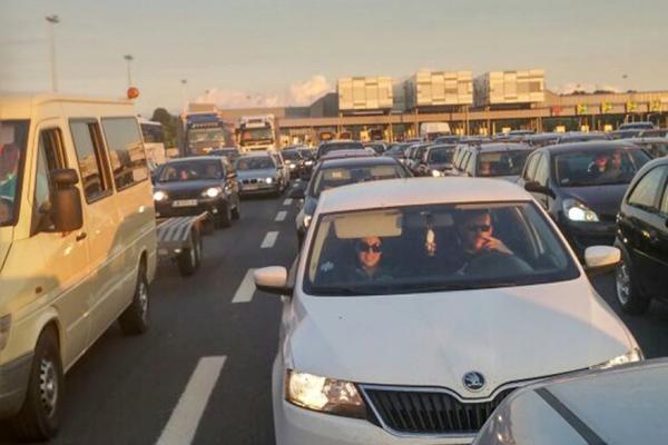 GUŽVA ZBOG RADOVA NA PUTU! Kod nove naplatne rampe u Vrčinu neviđeni saobraćajni kolaps zbog PUTARA! (VIDEO)