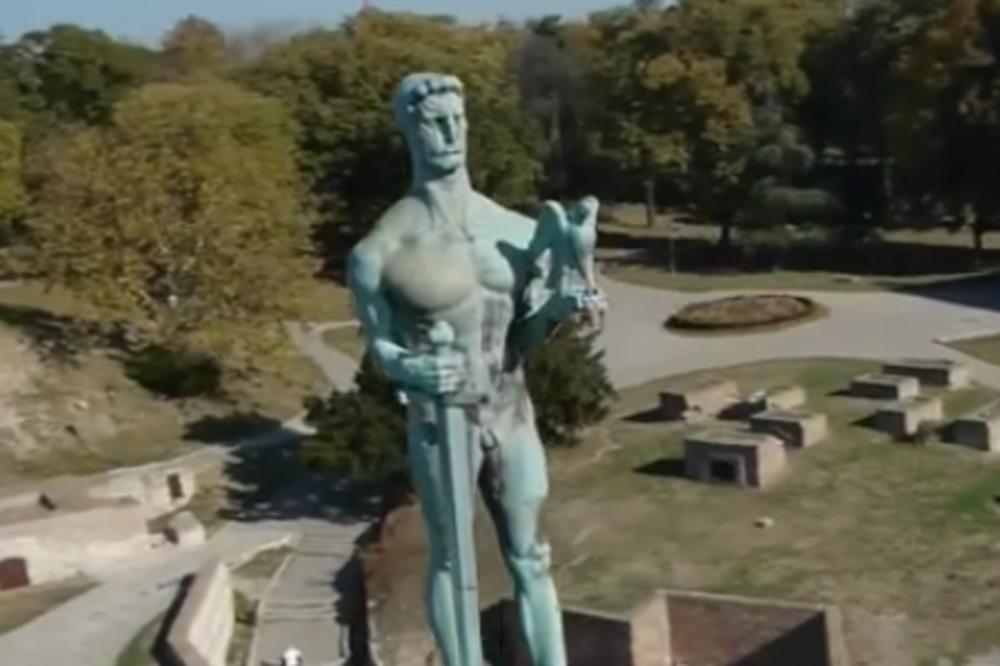 FOTKA GODINE! Znate kako izgleda BG pobednik, ali njegov lik IZBLIZA do sada niste videli! Evo prilike! (VIDEO)
